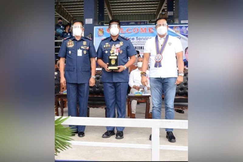 PAMPANGA. Major Aris Gonzales, chief of the Angeles City Police Drug Enforcement Unit and Traffic Command,  holds his award as Best Police Commissioned Officer (PCO) that was presented by Bulacan Governor Daniel Fernando and Brigadier General Valeriano De Leon at Camp Olivas City of San Fernando recently. (SunStar Pampanga)