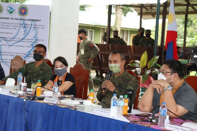 ZAMBOANGA. Leaders of the military, police, and Moro Islamic Liberation Front (MILF) together with officials of Zamboanga Sibugay province on Saturday, October 23, sign affirmation of support to the peace agreement. A photo handout shows Major General Alfredo Rosario, Jr., commander of the Western Mindanao Command (2nd from right), delivering a message during the activity at the 102nd Infantry Brigade headquarters in Sanito village, Ipil, the capital of Zamboanga Sibugay. (SunStar Zamboanga)