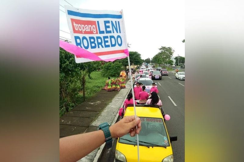 NEGROS. Some of about 500 vehicles joining the nationwide caravan in Negros Occidental over the weekend to show their support to the presidential bid of Vice President Leni Robredo. (Franzen Morales photo)