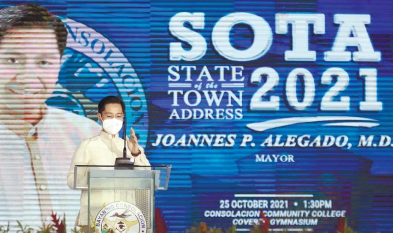 MAYOR'S SPEECH. Consolacion Mayor Joannes P. Alegado delivers his State of the Town Address at Consolacion Community College Gymnasium in Barangay Nangka on Monday, Oct. 25, 2021. Alegado said his administration's pet project, the Seafront City reclamation project in Barangay Tayud, will push through despite protests from residents and shipyard owners and workers. / ALAN TANGCAWAN