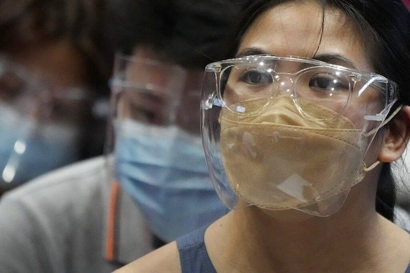 MANILA. Residents wearing protective mask and face shields to prevent the spread of the coronavirus waits for their turn at a sporting arena converted into a temporary Covid-19 vaccination center in San Juan City on June 17, 2021. (AP)